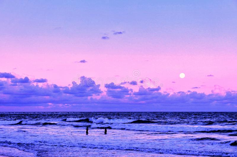 Full moonrise på guarajubastranden royaltyfria bilder