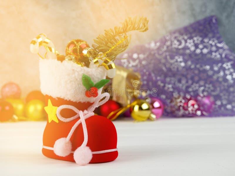 Full påse av gåvaaskar Julbollprydnader Tid som ska göras, förvånar, julgåvaasken och färgbollar arkivfoto
