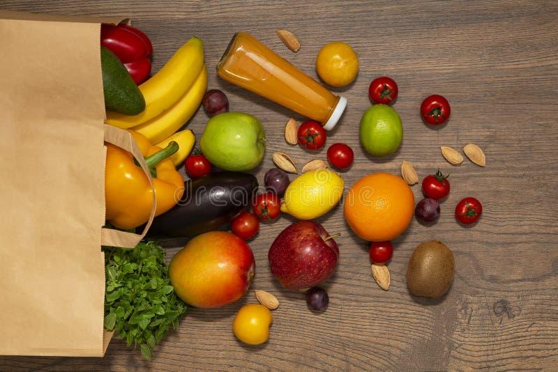 Full pappers- påse av olik hälsokost på träbakgrund, slut upp Begrepp för livsmedelsbutikshopping royaltyfri foto