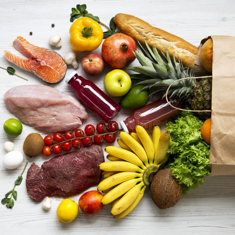 Full pappers- påse av sund råkost på vit träbakgrund Matlagningmatbakgrund Lägenhet-lekmanna- av nya frukter, veggies, gräsplaner royaltyfri bild
