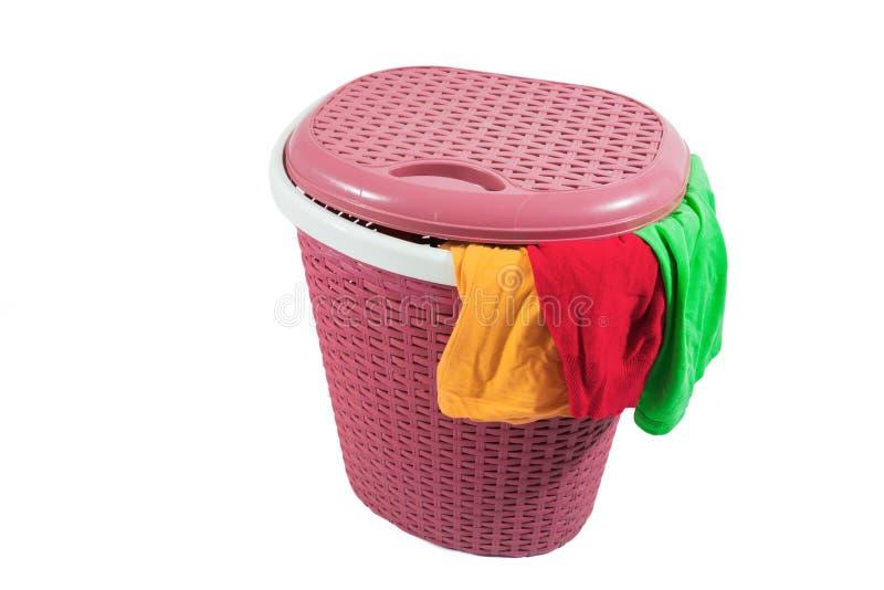 Full plast- tvättkorg som isoleras på vit arkivfoto