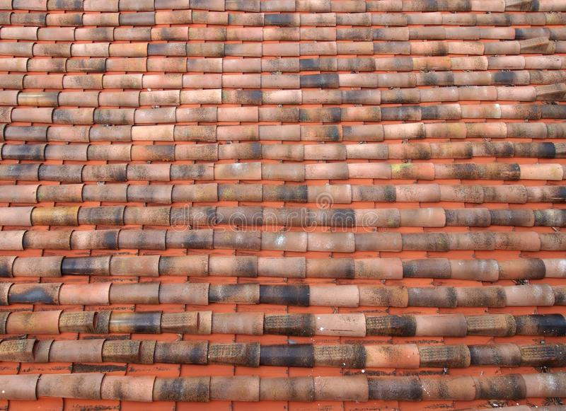 Full rambild av ett gammalt lerapantiletak med orange tegelplattor för kurvor i långa rader royaltyfri bild