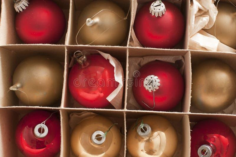Full ramsikt av boxades julstruntsaker arkivbilder