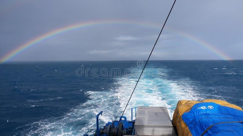 Full regnbåge på hav 2 royaltyfri bild