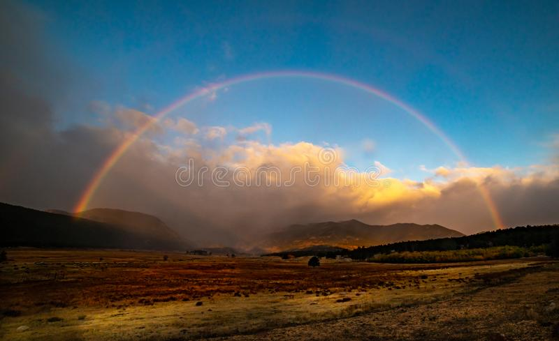Full regnbågebåge som visar efter ett kort morgonregn i Colorado fotografering för bildbyråer