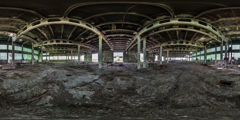 Full sömlös sfärisk hdripanorama 360 grader vinkelsikt inom övergiven förstörd fabrikshangar i equirectangular projektion royaltyfri bild