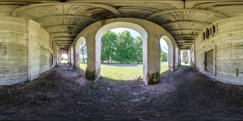 Full sömlös sfärisk hdripanorama 360 grader vinkelsikt nära träövergiven förstörd lantgårdladugårdbyggnad med kolonner in arkivfoton