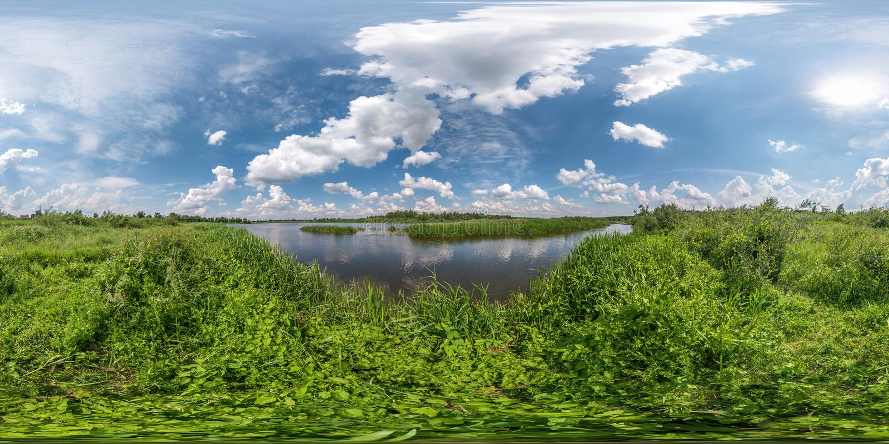 Full sömlös sfärisk hdripanorama 360 grader vinkelsikt på gräskust av den enorma sjön eller floden i solig sommardag och blåsigt royaltyfria foton