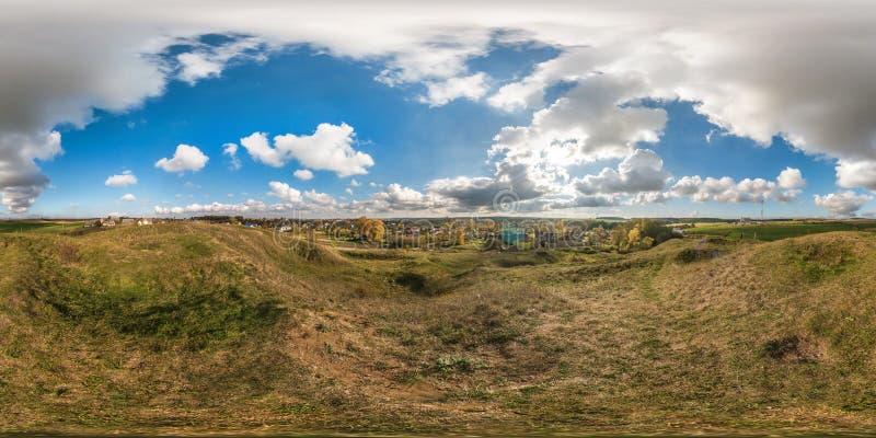 Full sömlös sfärisk panorama 360 grader vinkelsikt från berget till byn med enorma moln i equirectangular arkivfoton