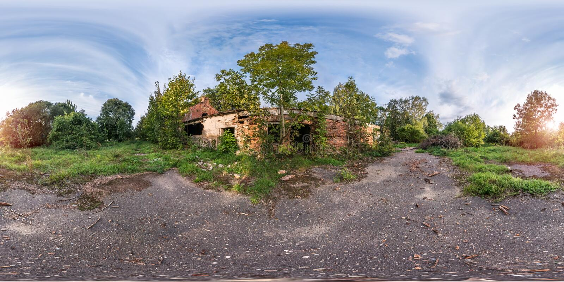 Full sömlös sfärisk panorama 360 grader vinkelsikt nära sten övergiven förstörd lantgårdbyggnad i equirectangular projektion, royaltyfria foton