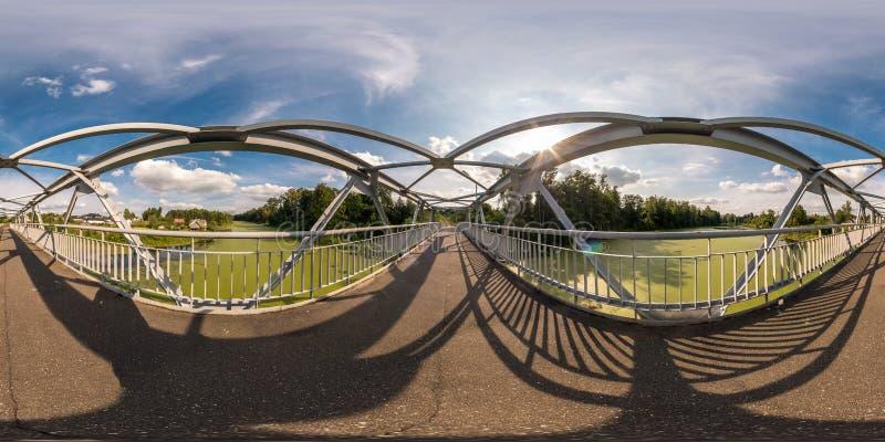 Full sömlös sfärisk panorama 360 vid konstruktion för ram för stål för neariron för sikt för vinkel 180 av den fot- bron över flo royaltyfria foton