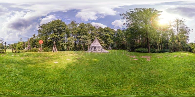 Full sömlös sfärisk panorama 360 vid sikt för vinkel 180 nära vigvam i den indiska byn i skog i equirectangular projektion, arkivbild