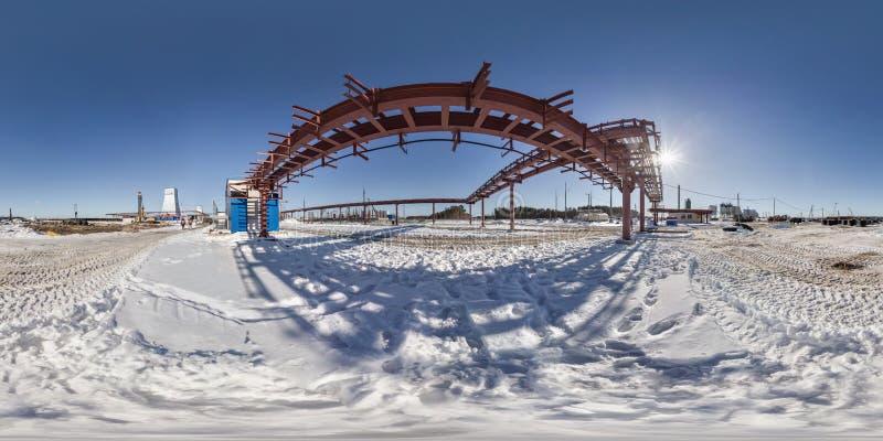 Full s?ml?s vinkelsikt f?r panorama 360 i konstruktion f?r plats f?r st?lle f?r vintersn?f?lt av en bryta v?xt i equirectangular arkivfoton