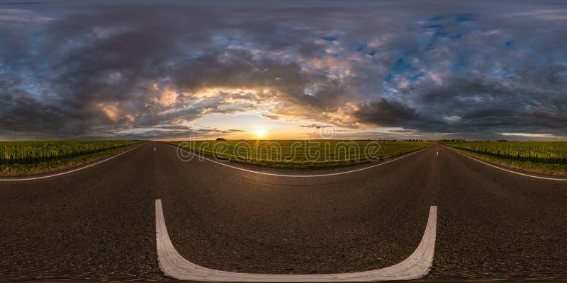 Full sfärisk sömlös hdripanorama 360 grader vinkelsikt på asfaltvägen bland fält i sommaraftonsolnedgång med enormt arkivbilder