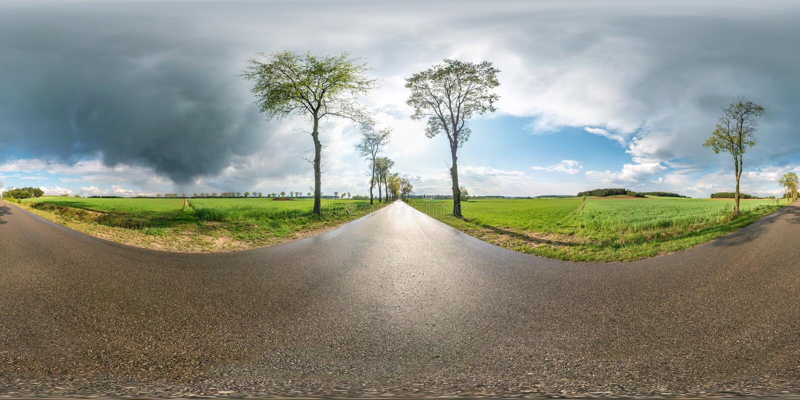 Full sfärisk sömlös panorama 360 grader vinkelsikt på ingen trafikasfaltväg bland gränden och fält med enorma moln royaltyfria foton