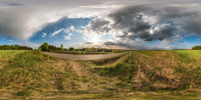 Full sf?risk s?ml?s panorama 360 grader vinkelsikt p? ingen trafikasfaltv?g bland gr?nden och f?lt med enorma moln in royaltyfri bild