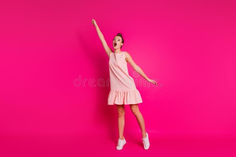 Full sikt för längdkroppformat av henne henne som Nice-ser den osynliga charmiga attraktiva glamorösa bedövade flickan som rymmer arkivbild