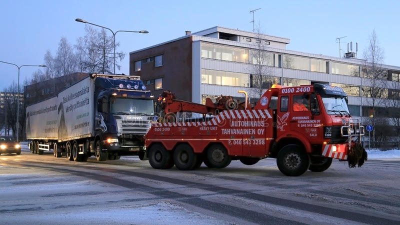 Full släplastbil som bogseras royaltyfri bild