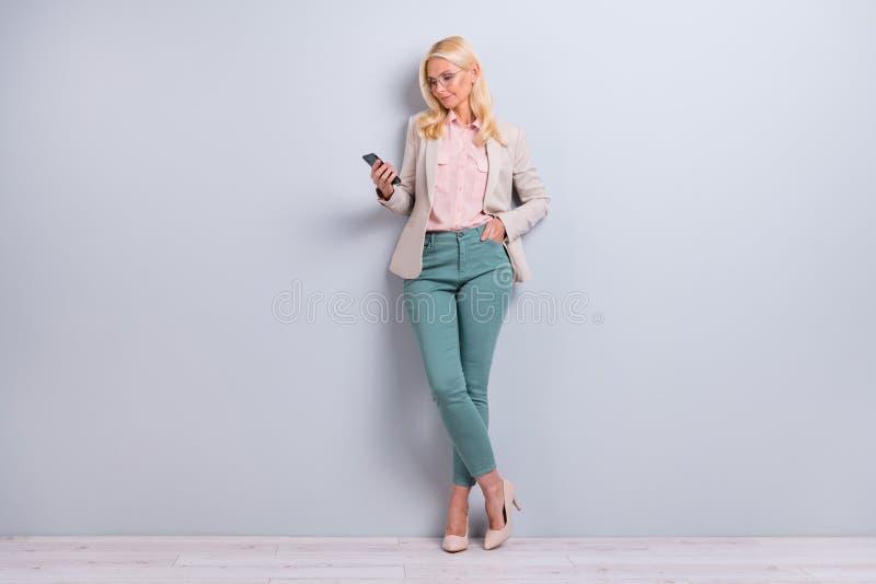Full stående för sikt för längdkroppformat av henne henne som Nice-ser attraktivt charmigt stilfullt fokuserat koncentrerat grå f royaltyfri bild