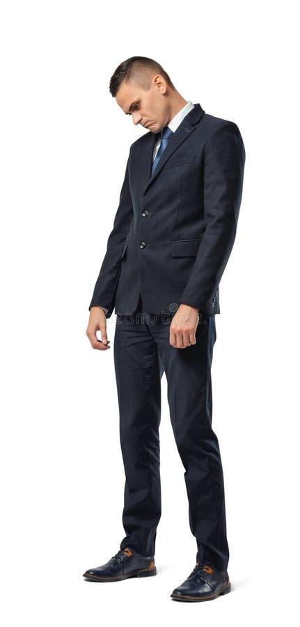 Full tillväxtstående av affärsmananseendet med bugat head och seende ledset som isoleras på vit bakgrund arkivbilder