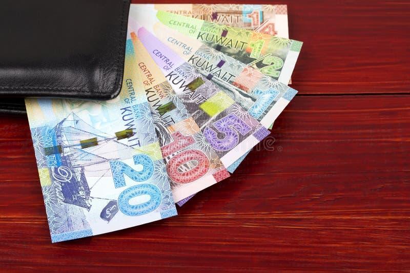 Full uppsättning av den kuwaitiska dinar i den svarta plånboken royaltyfria bilder