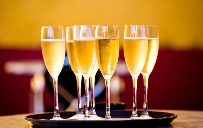 fulla exponeringsglas för champagne arkivbild
