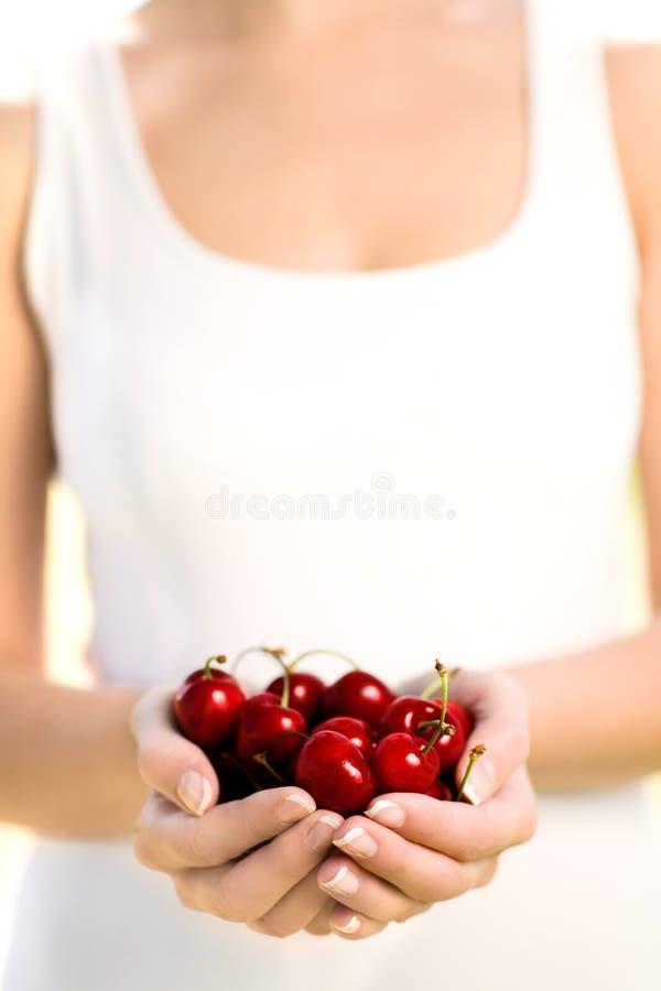 fulla händer för Cherry arkivfoto