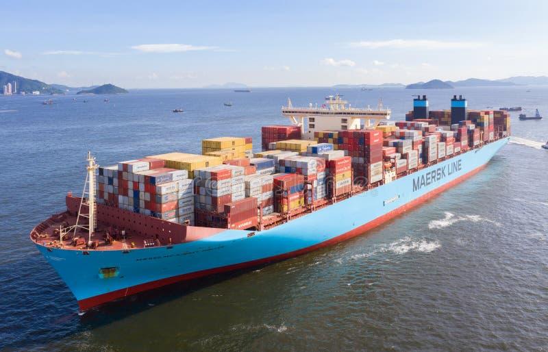 Fullastat behållarelastfartyg royaltyfri fotografi