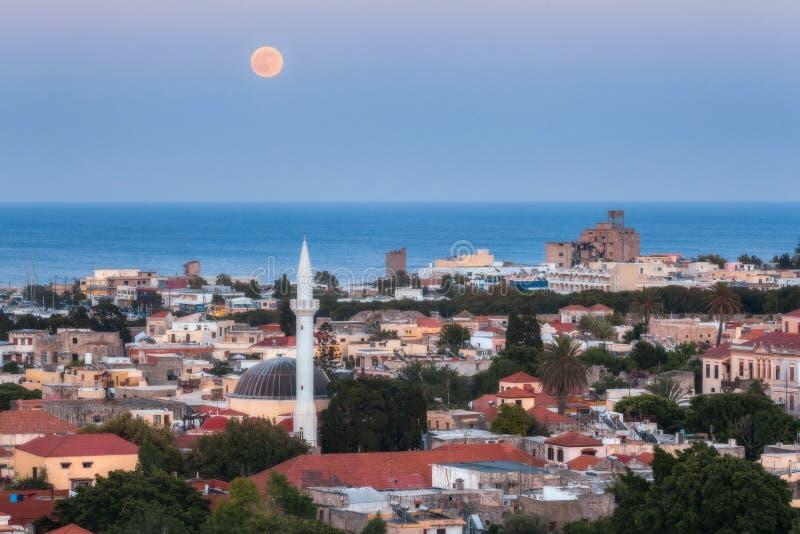 Fullmåne över den gamla staden Rhodes ö Grekland royaltyfri bild