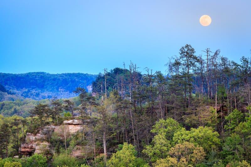 Fullmåne över den Red River klyftan i Kentucky fotografering för bildbyråer