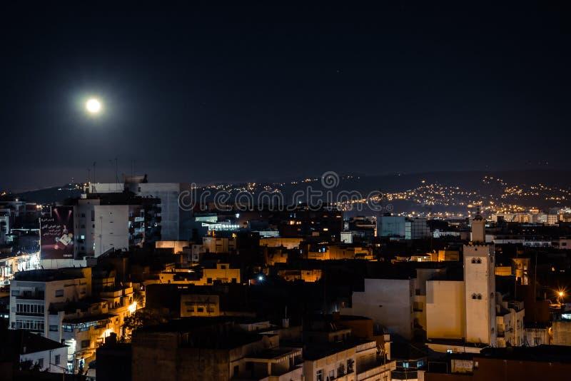 Fullmåne över gammal stad arkivbilder