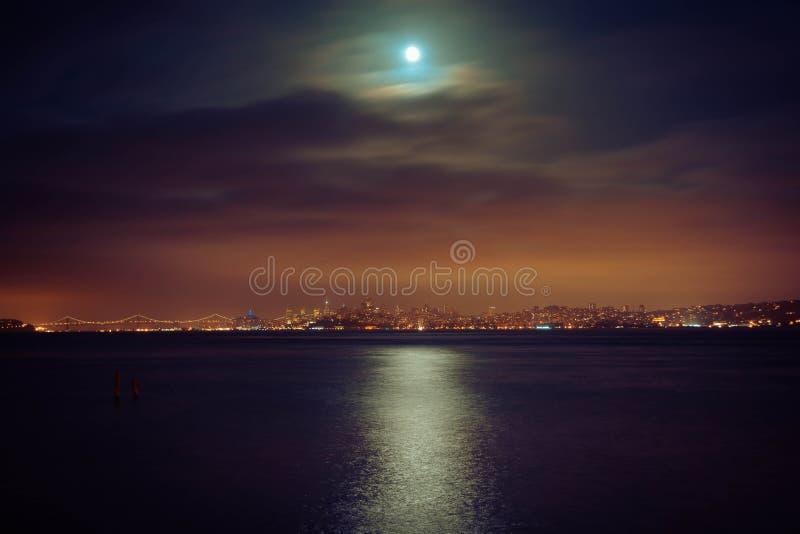Fullmåne över hamnen royaltyfria foton