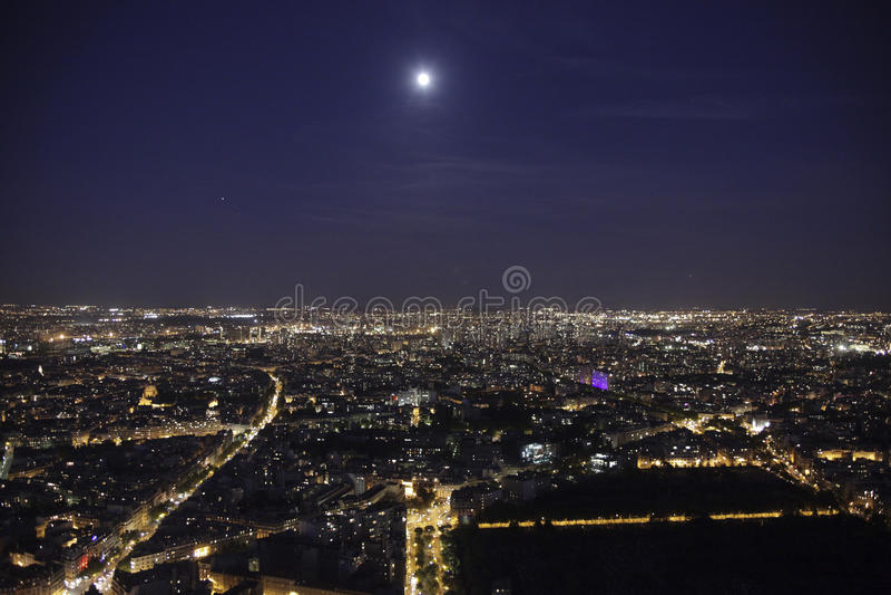 fullmåne över paris royaltyfria bilder
