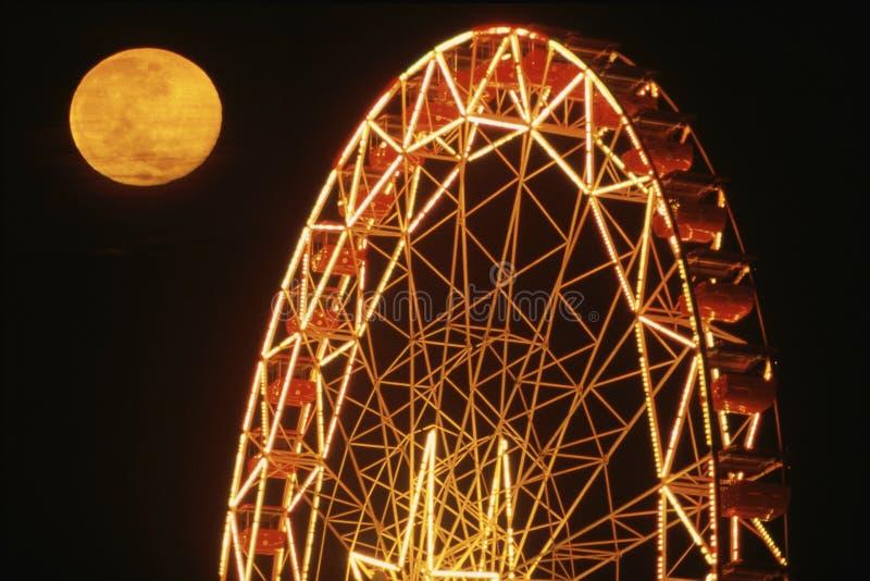 Fullmåne över pariserhjulen royaltyfri foto