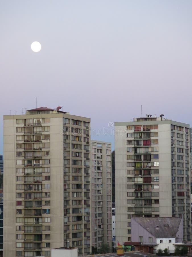 Fullmåne över Santiago de Chile City arkivbilder
