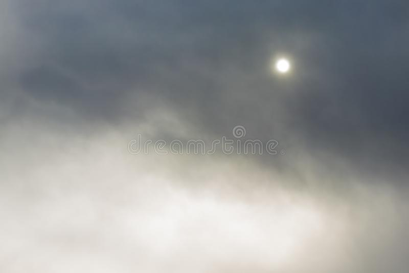 Fullmåne i den mörka himlen Åskmoln i himlen Solen kommer ut ur molnen Dramatisk bakgrund royaltyfria foton