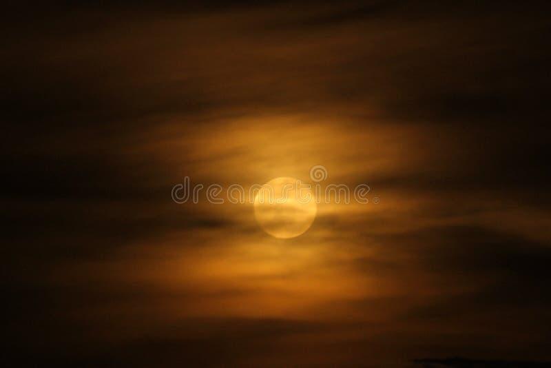 Fullmåne i orange moln royaltyfria bilder