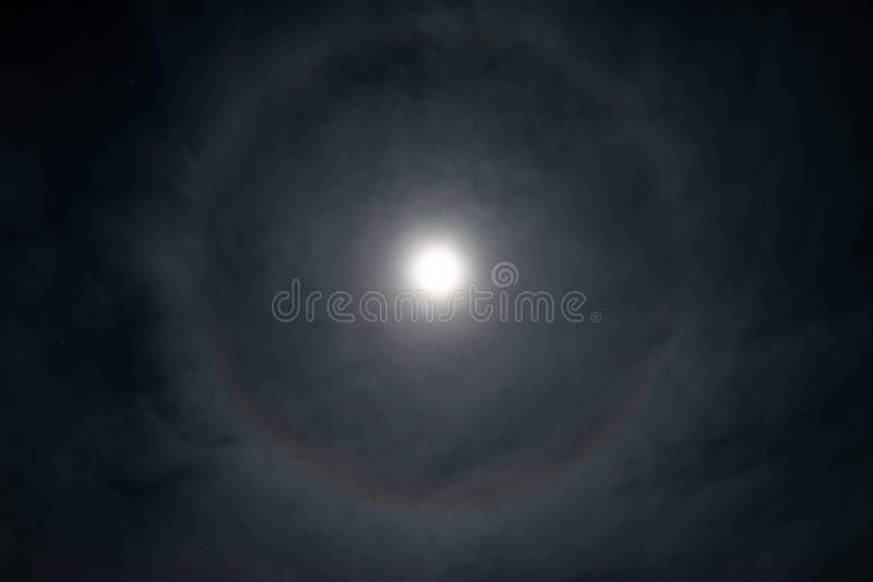 Fullmåne med cirkel formad gloria arkivbilder