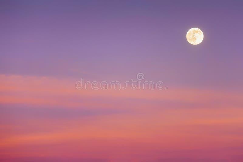 Fullmåne med solnedgångmoln royaltyfri bild