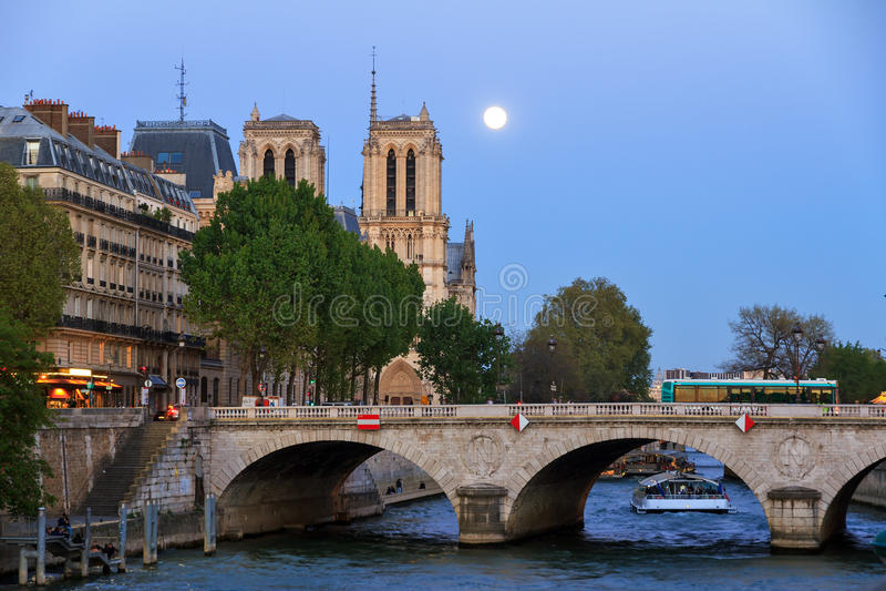 Fullmåne Notre-Dame royaltyfri fotografi
