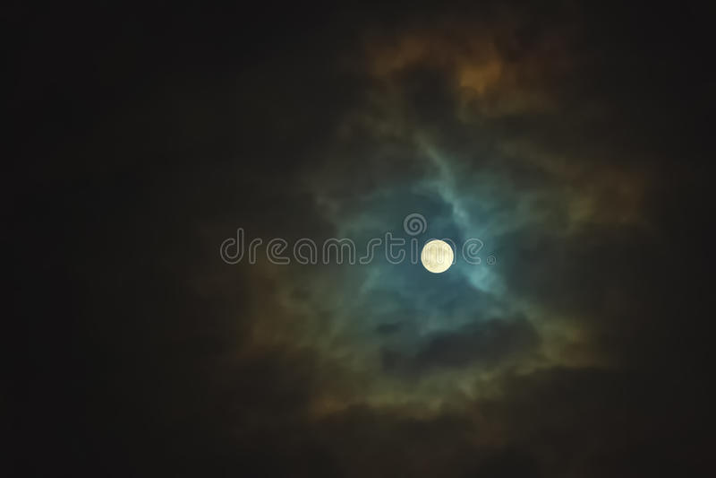Fullmåne på dramatisk molnig himmel arkivbilder