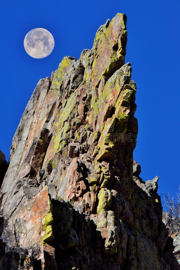 Fullmåne som stiger över bergen royaltyfri bild