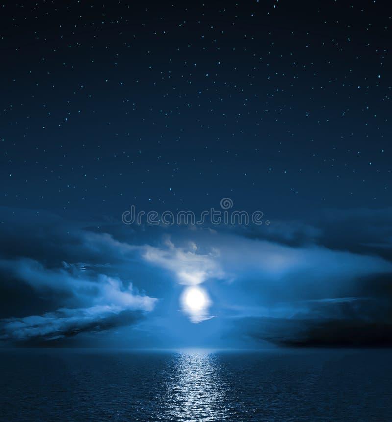 Fullmåne som stiger över det tomma havet royaltyfri fotografi