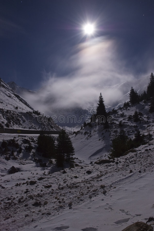 fullmåneberg över arkivfoton