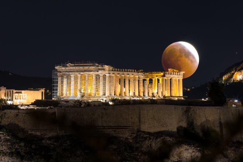 Fullmåneförmörkelse över Parthenontemplet av akropolen av Aten, Grekland royaltyfri bild