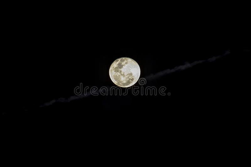 Fullmånen i himlen på natten är svart arkivfoton