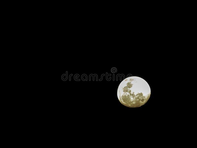 Fullmånen i himlen på natten är svart royaltyfri foto