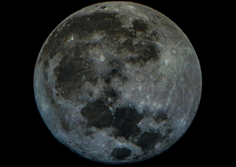 Fullmånen ser som en sten arkivbilder