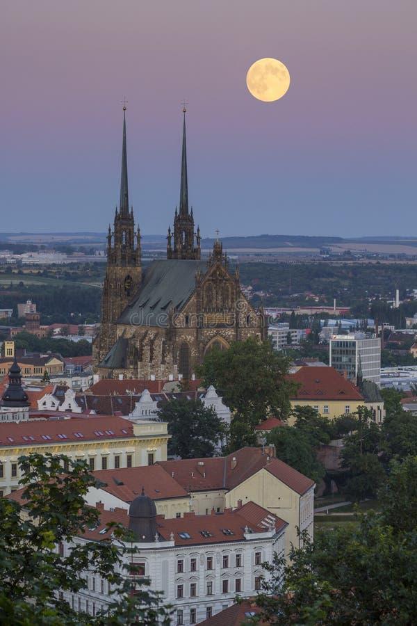 Fullmoonstijgingen over majestueuze kathedraal stock afbeelding