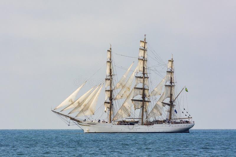 Fullrigger Cisne Branco sob a vela imagem de stock royalty free